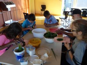 Unter Frau Bauers patenter Anleitung wurde alles Essen von den Kindern selbst gereinigt, zubereitet und verkostet.